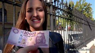 A magyar tinédzser pénzért kefél