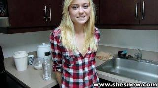 A mosolygós szöszi a konyhában kefél